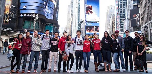 Các học sinh tham gia chương trình du học hè Mỹ ở New York đang thăm quan đại lộ Broadway