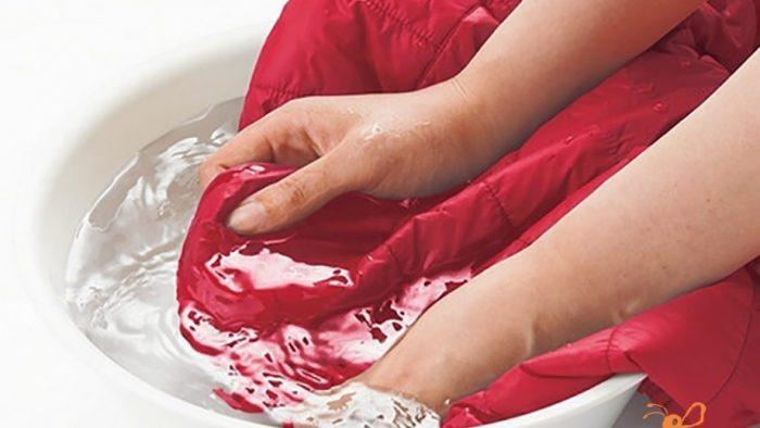Nên sử dụng nước ấm để giặt và ngâm áo tối đa 15 phút
