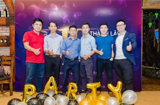 Ông Laevis Nguyễn (ngoài cùng bên phải) cùng các thành viên kỳ cựu trong Vietnam SEO Assosication.