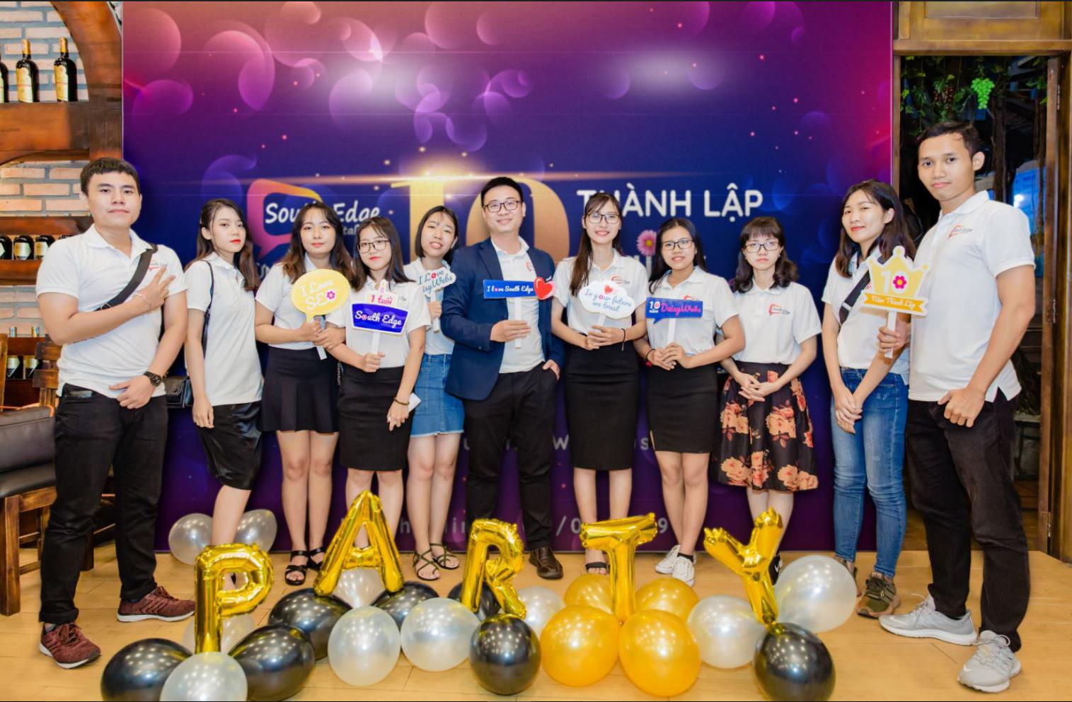 Ông Laevis Nguyễn cùng đội ngũ nhân viên của South Edge Group.