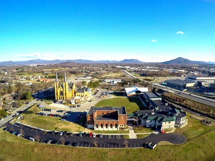 Trường Roanoke Catholic là lựa chọn hàng đầu với những gói học bổng du học trung học Mỹ vô cùng hấp dẫn