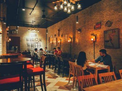 Khung cảnh bên trong nhà hàng và khách hàng đnag sử dụng dịch vụ