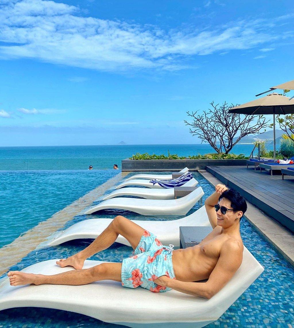 Hồ bơi ngoài trời tại khách sạn 5 sao nổi bật với thiết kế tràn bờ độc đáo, không gian xanh trong lành, tựa thiên đường nghỉ dưỡng nhiệt đới. Khách sạn cung cấp 280 phòng nghỉ hướng biển và đều có ban công với tầm nhìn bao quát vịnh biển Nha Trang, 6 nhà hàng và quầy bar hiện đại, bao gồm Altitude, quầy bar cao nhất tại Nha Trang ở tầng 28. Giá phòng khách sạn khoảng từ 2 triệu đồng/đêm.