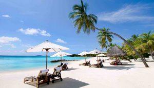 Bờ biển trải dài với cát trắng min và nước trong xanh